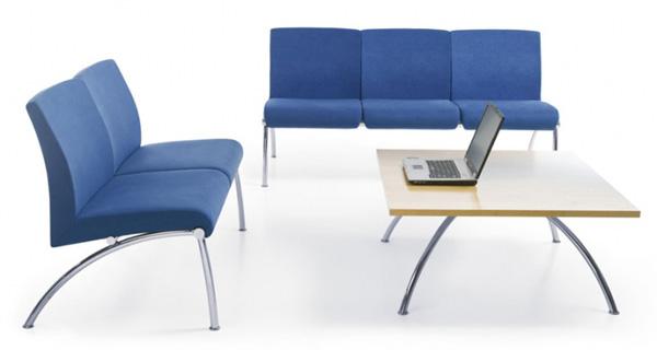 krzesła i stolik w recepcji