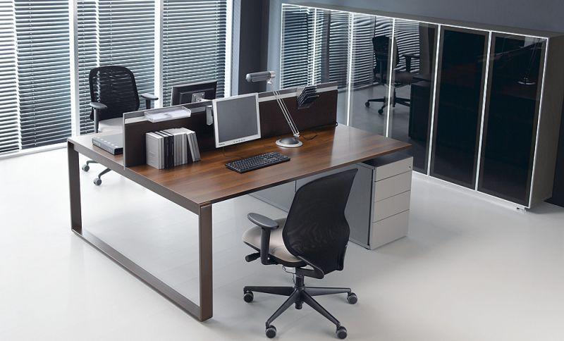 MIXT-biurko-pracownicze-2-osobowe-02K21-1C-z-zamontowana-scianka-miedzybiurkowa-dwustronnie-tapicerowana-14K18-wsparte-na-kontenerach-10K06-szafy-z-drzwiami-szklanymi