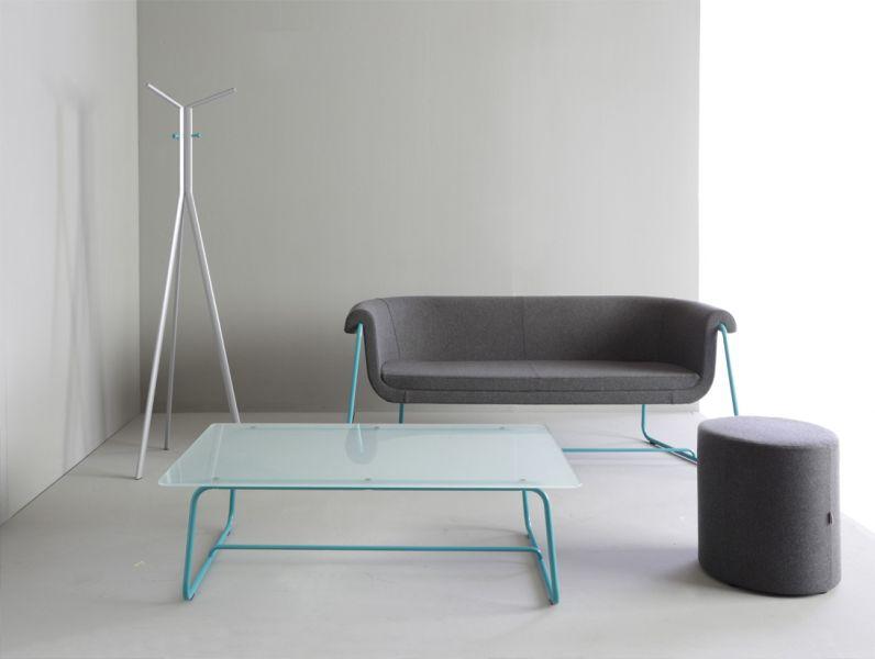 Hover zaprojektowany został z myślą o nowoczesnych, przestronnych wnętrzach, urządzonych w minimalistycznym stylu. Kubełek sprawia wrażenie jakby był zawieszony w powietrzu. Na pierwszy rzut oka kolekcja wydaje się bardzo subtelna i delikatna, jednak gdy siadamy na fotelu czy sofie czujemy, że mebel jest solidny i stabilny. To połączenie oryginalnej stylistyki i zaawansowanej technologii. Kubełek jest tak wyprofilowany aby spełniać wszelkie wymogi ergonomii, a zastosowanie najwyższej jakości pianek wylewanych, o precyzyjnie dobranych parametrach sprawia, że sofa jest niezwykle komfortowa. Unikalną cechą kolekcji jest możliwość tapicerowania kubełka i poduszki w dwóch różnych kolorach tkaniny, co dodatkowo podkreśla wyjątkowość mebla. Poduszka stanowi element poprawiający komfort siedzenia, przy jednoczesnym stworzeniu ciekawego efektu estetycznego. W skład kolekcji wchodzi: •fotel, •sofa 2 i 2,5 siedziska, •stolik kawowy w trzech rozmiarach.
